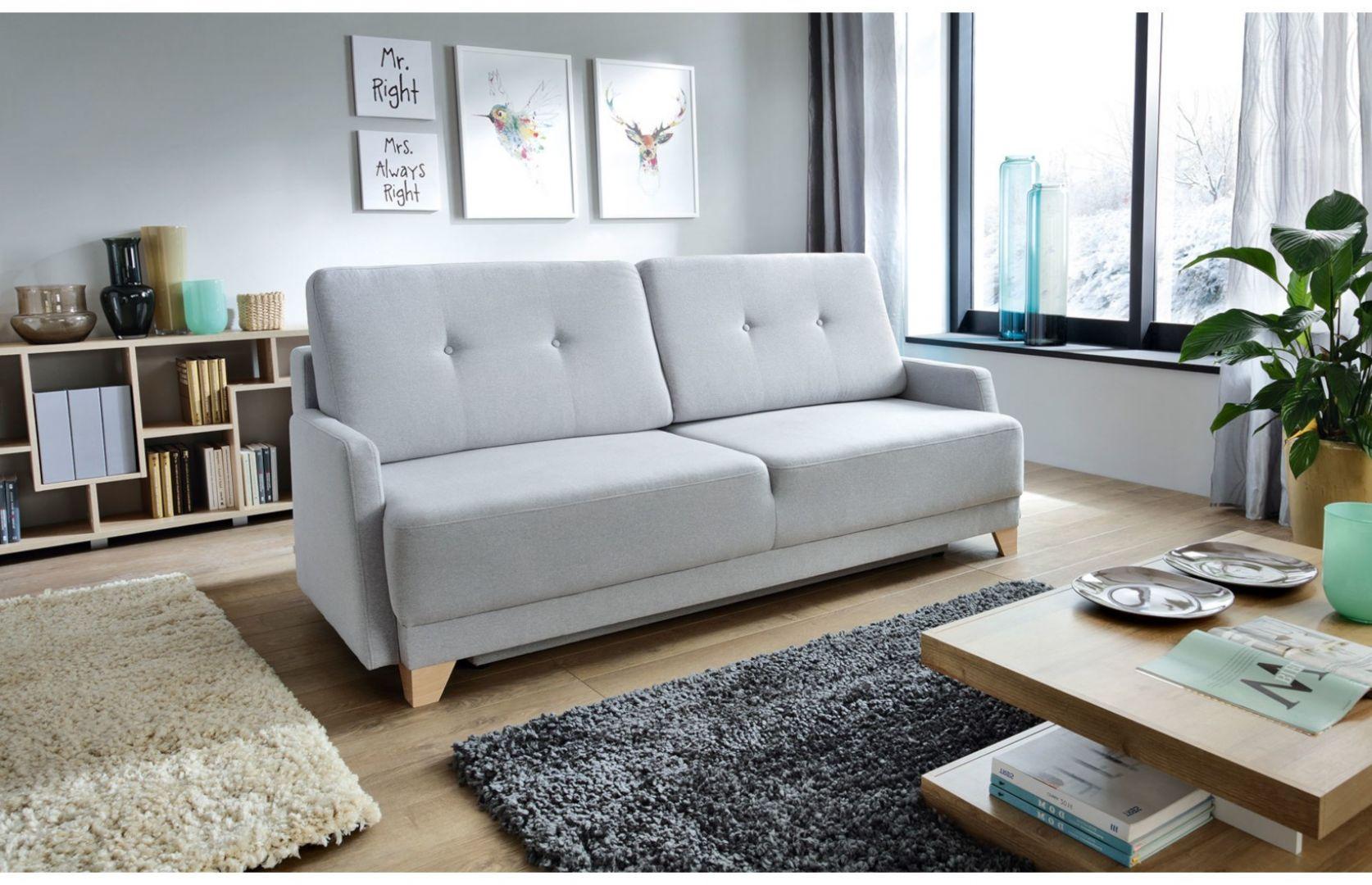 Sofa do małego salonu z kolekcji Bianca New. Trzyosobowa, rozkładana, w jasnym, szarym kolorze. Do kupienia w Salonach Agata. Cena: 1.949 zł. Fot. Salony Agata