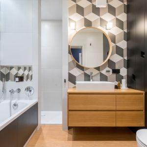 Łazienka z wanną, której ściany zdobią płytki w geometryczne wzory. Projekt: InDe Projekt. Fot. Bartek Bieliński
