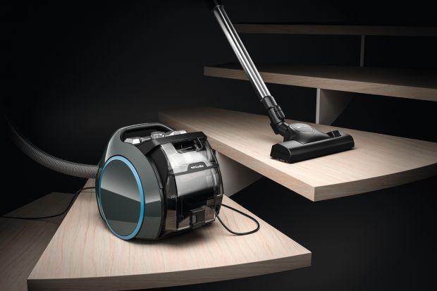Innowacyjny odkurzacz bezworkowy jest lekki, kompaktowy i ultra mobilny, ma dużą moc i doskonałe filtry, a przy tym urzeka nowoczesnym designem.