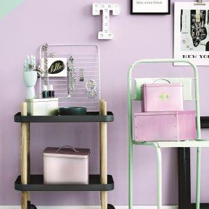 Designerski wieszak na biżuterię ozdobiony kolorem F497 Paper emalii Tikkurila Everal Aqua Matt 10 będzie się pięknie prezentował na tle pastelowych liliowo-miętowych ścian.