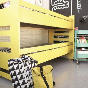 Stare piętrowe łóżko w nowym, intensywnie żółtym kolorze S300 emalii Everal Aqua Semi Matt 40 nada wnętrzu świeżości, a jego mieszkańcom zapewni zastrzyk energii.