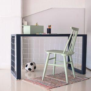 Proste biurko pomalowana emalią Tikkurila Everal Aqua Semi Matt w kolorze N434 będzie stanowiło wyjątkowo elegancko ramę po naciągnięciu białej siatki.