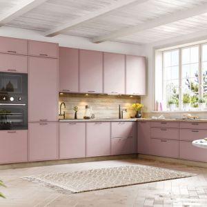 Różowa kuchnia - jeden z popularnych kolorów w 2021 roku. Fot. KAM