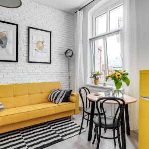 Jasny salon doskonale ożywia kolor żółty zastosowany w aranżacji. Projekt: Ewelina Matyjasik-Lewandowska. Fot. Piotr Wujtko