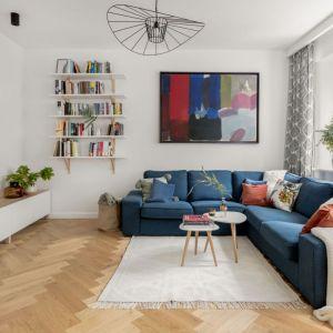 Niebieska kanapa idealnie wpisuje się w jasną aranżację, stylowego salonu. Projekt: Boho Studio. Fot. Aleksandra Dermont