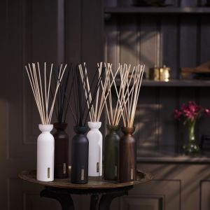 Świecie i patyczki zapachowe z kolekcji Home Classic. Fot. Rituals