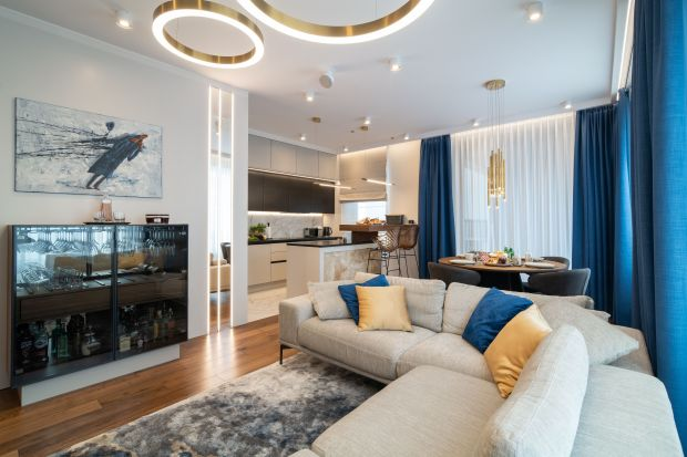 Mieszkanie o powierzchni 77,21 m² znajduje się w centrum Warszawy. Zostało zaprojektowane dla młodego mężczyzny. Jest nowoczesne, bardzo wygodne i komfortowe.