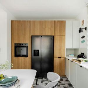 Drewno w kuchni. Projekt wnętrz: Antonina Sadurska i Katarzyna Burak, Fuga Architektura Wnętrz. Fot. Aleksandra Dermont
