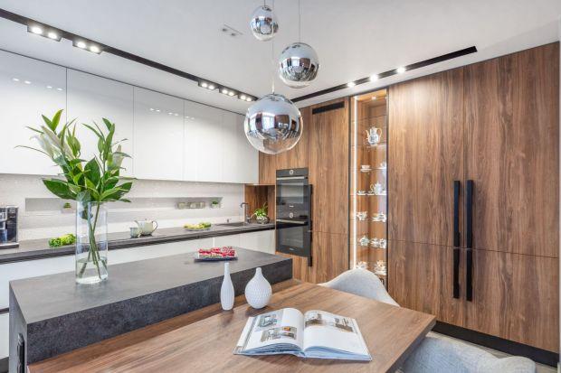 Czy drewno sprawdzi się w kuchni? Jak stosować drewno w kuchni? Czy drewniane mogę być meble w kuchni, czy też podłoga? Podpowiadamy i radzimy. Zobacz jak wykorzystać drewno w kuchni.