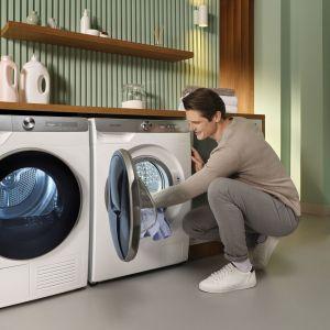 Dzięki suszarce automatycznej czyste i suche ubrania, pościel czy domowe tekstylia od razu ułożymy na półce w szafie lub w szufladzie ciesząc się odzyskaną przestrzenią. Fot. Samsung