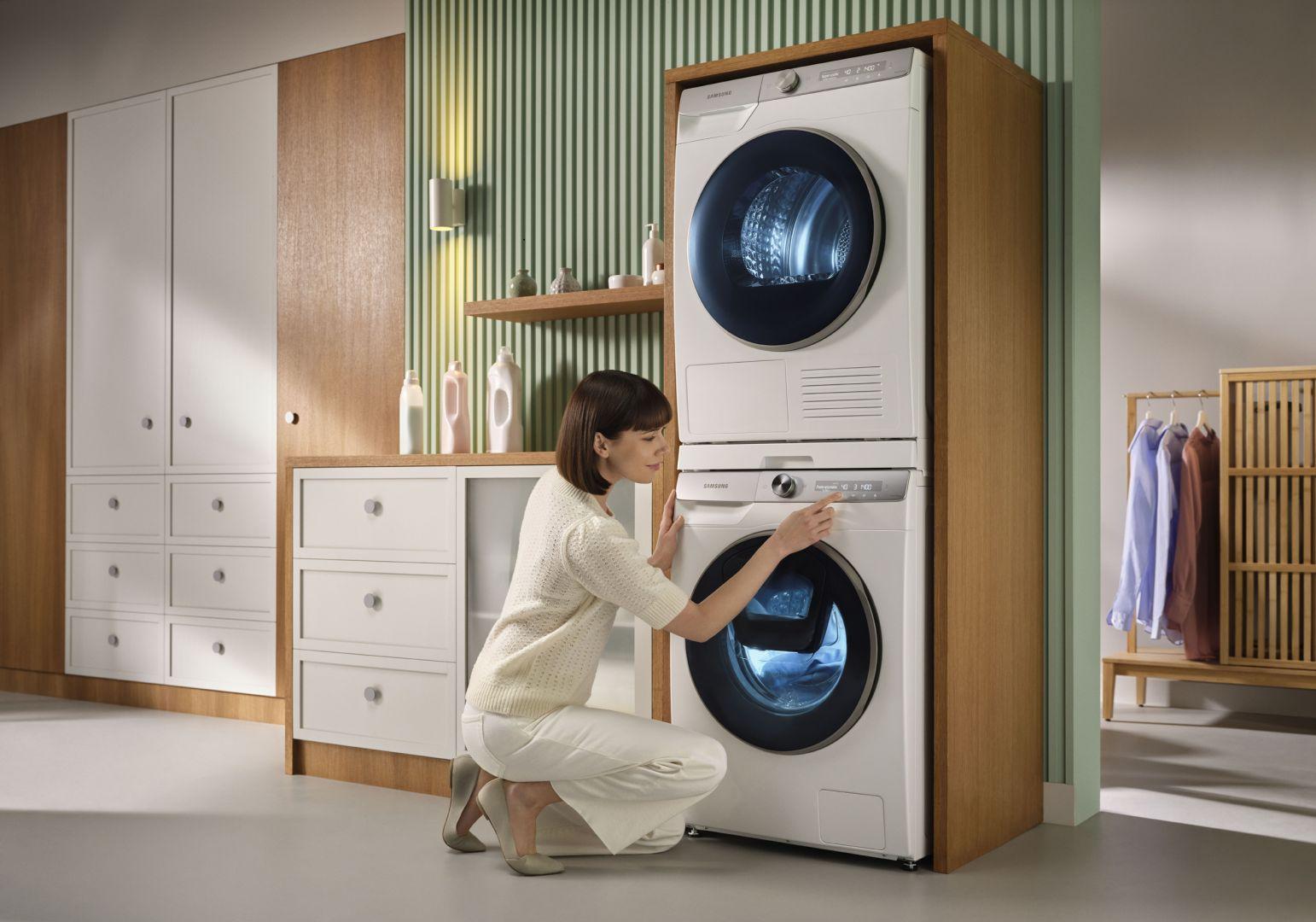 Suszarka może stanąć na pralce, a tym samym nie zabierze nawet centymetra powierzchni, po której się poruszamy. Fot. Samsung