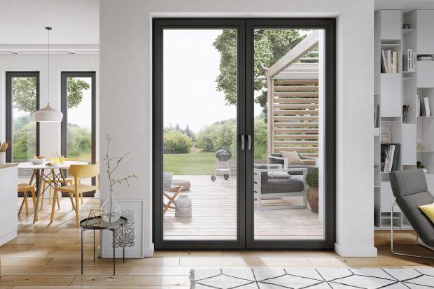 Wyposażenie okien warto dopasować indywidualnie do każdego pomieszczenia, zależnie od jego przeznaczenia i użytkujących go osób. Zapewni to domownikom większy komfort i bezpieczeństwo. Podpowiadamy, jakie rozwiązania mogą być przydatne.
