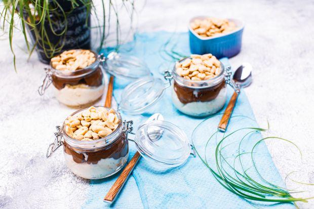 Wegański deser a'la snickers na bazie kaszy jaglanej, daktyli i chrupiących orzechów. To sycące i pełne składników odżywczych danie, które posmakuje i młodszym, i starszym łasuchom.