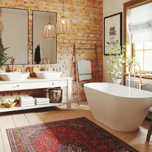 Łazienka w stylu boho to salon kąpielowy, który ma znamiona przytulnego pokoju. Fot. Fjordd