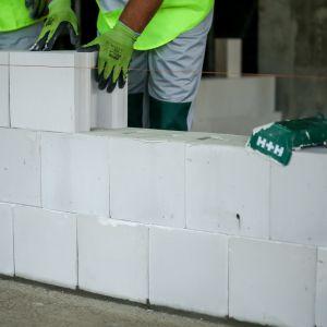 Wykorzystanie gotowych, opracowanych przez specjalistów rozwiązań, znacznie ułatwia i przyspiesza prace budowlane oraz pozwala na wznoszenie trwałych i wytrzymałych murów. Fot. H+H