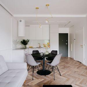 Mała kuchnia w białym kolorze w mieszkaniu o powierzchni 45 mkw. Łączy się z salonem. Projekt: Małgorzata Wojtyczka. Fot. Zasoby Studio