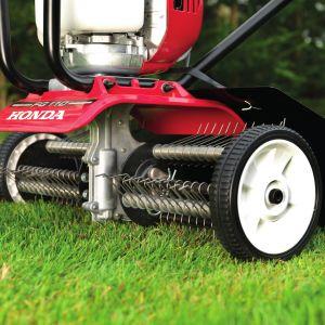 Usuwanie liście z trawników nie stanowi dziś żadnego problemu i można to robić podczas jesiennego koszenia. Na zdjęciu: glebogryzarka aerator Honda Fg 110. Fot. Honda
