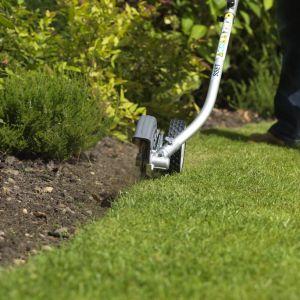 Po deszczowym lecie niektóre trawniki mogą borykać się z mchem i chwastami czy z niedoborem substancji odżywczych, dlatego oprócz koszenia, warto zająć się renowacją ubytków i nawożeniem. Na zdjęciu: krawędziarka Sset E Honda Versatool. Fot. Honda