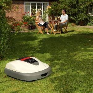 Optymistycznym akcentem jesieni jest fakt, że przy utrzymującej się dodatniej temperaturze można założyć nowy trawnik, który już wiosną będzie urzekać intensywną zielenią. Na zdjęciu: Honda Miimo. Fot. Honda