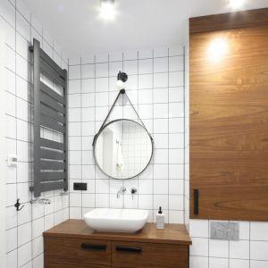 Modna biała łazienka z czarnymi akcesoriami. Proj. Katarzyna Walawska. Fot. Bartosz Jarosz