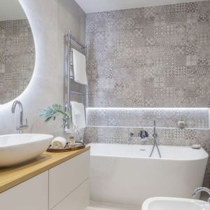Mała łazienka w bloku i sutelne, naturalne akcesoria. Projekt Decoroom Pracownia Architektury. Fot. Marta Behling, Pion Poziom – fotografia wnętrz