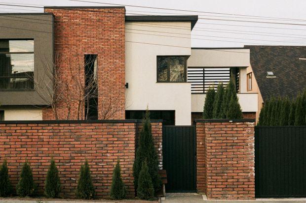 Ogrodzenie z cegły klinkierowejjestniezwykle trwałe i odporne na działanie warunków atmosferycznych. Wymaga jednak czyszczenie oraz impregnacji. Najlepiej tego typu zabiegi wykonać przy użyciu odpowiednio dobranej chemii budowlanej.