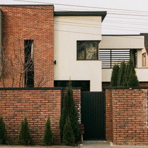 Proces renowacji cegły klinkierowej warto rozpocząć od dokładnego mycia powierzchni. Fot. Jurga