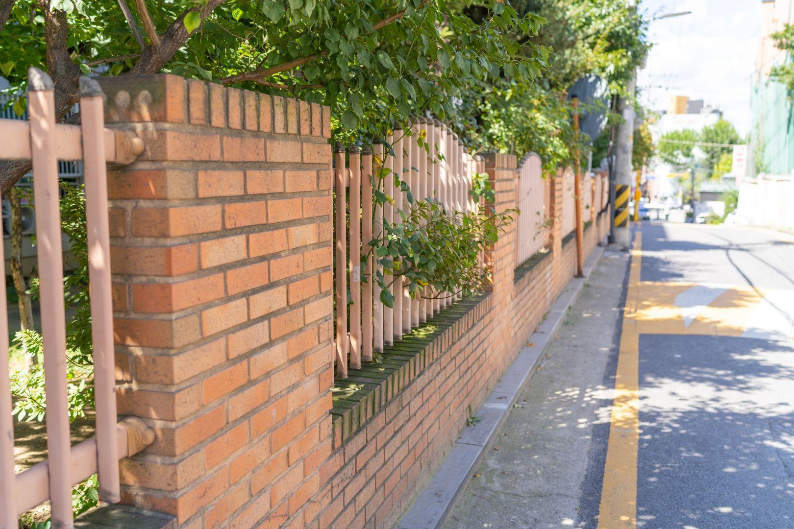 Pojawiające się zabrudzenia nie tylko obniżają estetykę ogrodzenia, ale również zmniejszają jego trwałość i skracają żywotność. Fot. Jurga