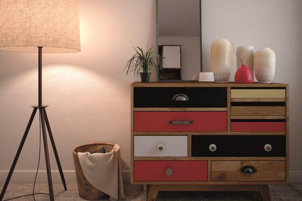 Komoda może pełnić we wnętrzu nie tylko funkcję praktyczną, ale i dekoracyjną. Będzie prawdziwą ozdobą salonu czy sypialni jeśli pomalujesz ją na nietypowy kolor.Pomogą w tym odpowiednie produkty.
