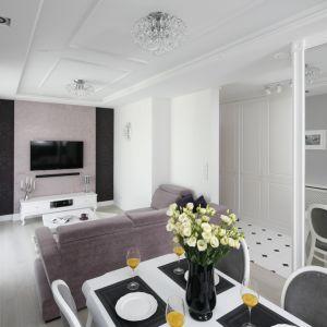 Salon połączony z kuchnią i jadalnią urządzono w stylu glamour. W salonie dominują odcienie zgaszonego różu, w jadalni - czerń i biel. Projekt: Katarzyna Mikulska-Sękalska. Fot. Bartosz Jarosz