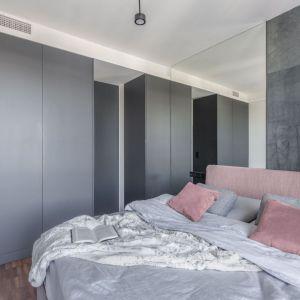 Szarą sypialnię pięknie ożywia kolor różowy. Projekt: Justyna Kolasińska, Anna Wilniewczyk-Niebudek. Fot. Pion Poziom.