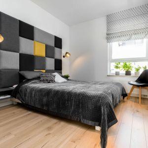 Szara sypialni w nowoczesnym stylu z wyjątkowym, tapicerowanym zagłówkiem. Projekt: Joanna Nawrocka, JN Studio Joanna Nawrocka. Fot. Łukasz Bera