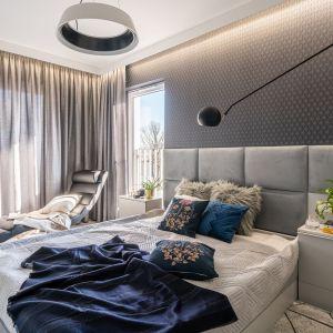 Szara sypialnia z elementami bieli i granatu. Projekt i zdjęcie: KODO Projekty i Realizacje Wnętrz