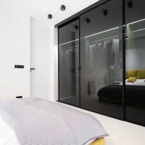 Jeśli garderoba jest osobnym pomieszczeniem lub na szafę przewidziana jest wnęka, trzeba dokładnie zmierzyć ich szerokość, długość (głębokość) oraz wysokość. Fot. Raumplus