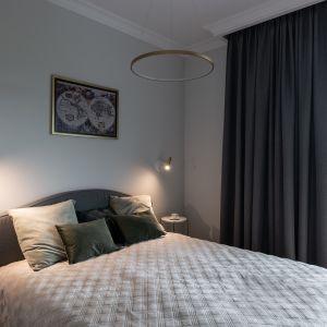 Szara sypialnia z elementami złota. Projekt i zdjęcie: KODO Projekty i Realizacje Wnętrz