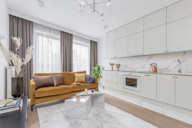 Kuchnia otwarta na salon to optymalny sposób na zagospodarowanie małego mieszkania. Połączenie obu funkcjonalnych przestrzeni zawsze zagwarantuje kilka metrów kwadratowych powierzchni użytkowej więcej.