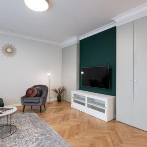 Złoto i butelkowa zieleń. Tak urządzono nieduże mieszkanie w Warszawie. Projekt i zdjęcia Pracownia KODO