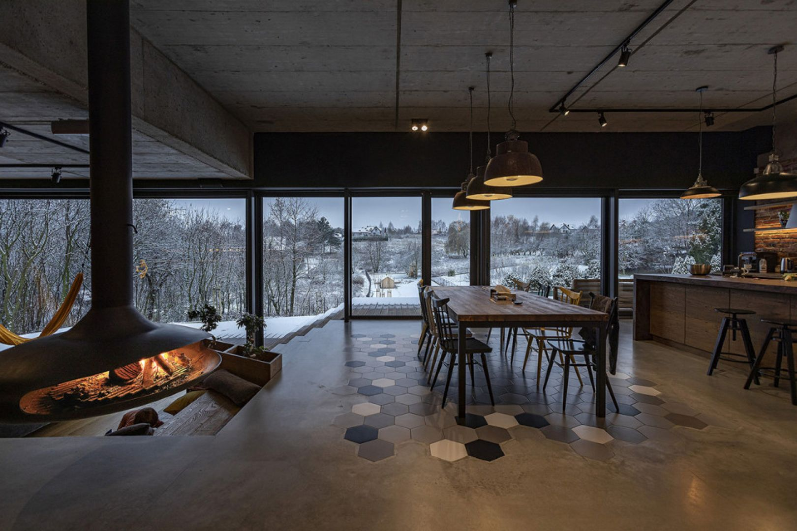 Parter od strony wejścia i wjazdu do garażu powiązany jest z istniejącym poziomem terenu. Fot. Sławomir Ślusarczyk, BXB studio, Luke Skyvideo