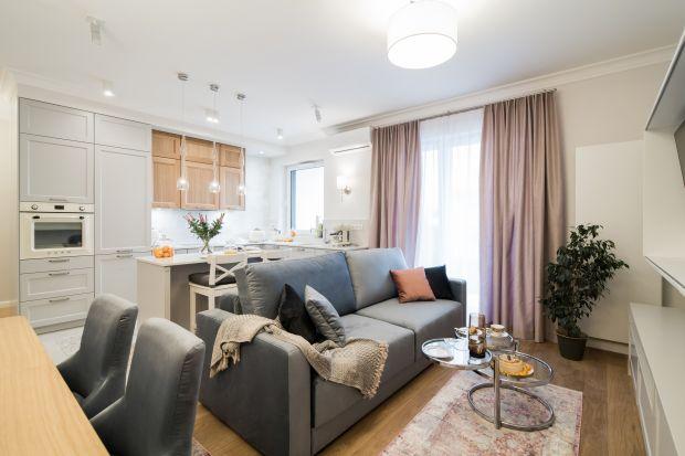 Mieszkanie w Warszawie urządzono w ciepłym, klasycznym stylu. Jasne kolory i pastele podkreślają kobiecy charakter wnętrz. Jest tu przytulnie, ale i funkcjonalnie.
