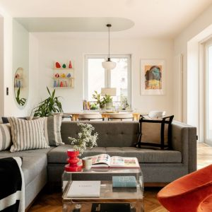 Poduszki idealnie wtapiają się w aranżację salonu. Projekt: Antonina Sadurska i Katarzyna Burak, Fuga Architektura Wnętrz. Fot. Aleksandra Dermont