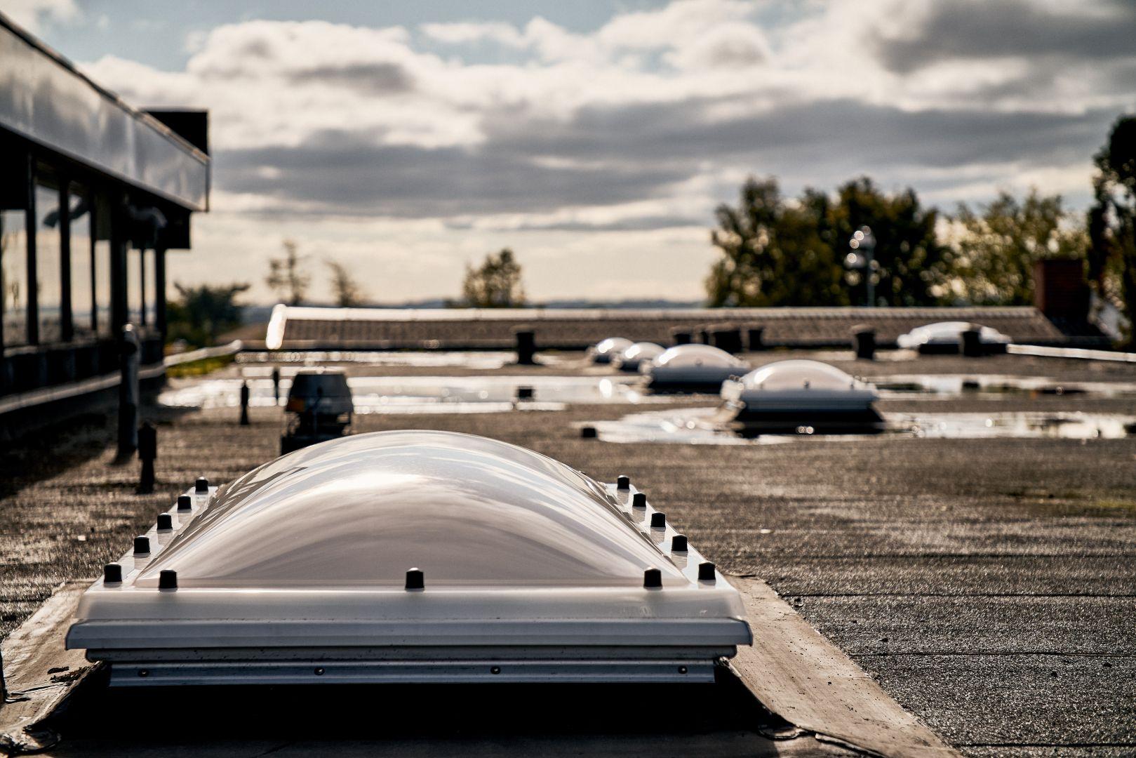 Świetlik dachowy dostępny jest w dwóch wersjach - nieotwieranej lub otwieranej elektrycznie z silnikiem 230 V. Fot. mat. prasowe Velux