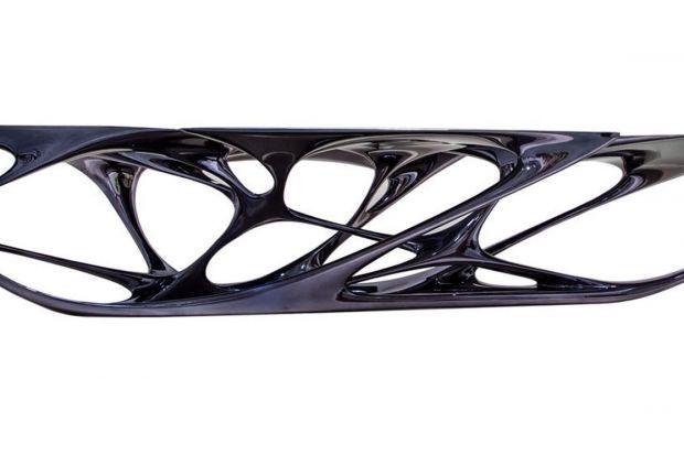 """Słynny stół """"Mesa"""", projekt Zahy Hadid dla szwajcarskiej, kultowej marki Vitra, można teraz zobaczyć także w Polsce wDESA Unicum w Warszawie.Meblarskie arcydzieło łączy w sobie wszystkie niepowtarzalne cechy prac artystki – ekstrawaganc"""