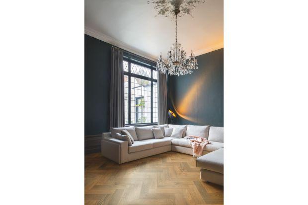 Ciemne kolory sprawią, że wnętrze będzie ciepłe i bardziej przytulne. Nadadzą mu także eleganckiegocharakteru. Jeśli umiejętnie zestawić ciemne kolory z innymi barwami i materiałami, nie zmniejsza one optycznie małego pomieszczenia.<br