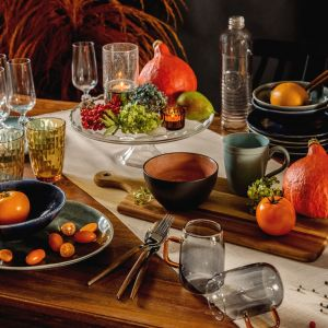 Modna aranżacja stołu w jesienno-zimowym klimacie. Fot. Salony Agata