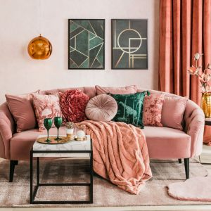 Modny salon, w którym kolorem dominującym jest chłodny i subtelny brudny róż. Fot. Salony Agata