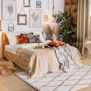Modna sypialnia urządzona w klimacie scandi boho. Fot. Salony Agata