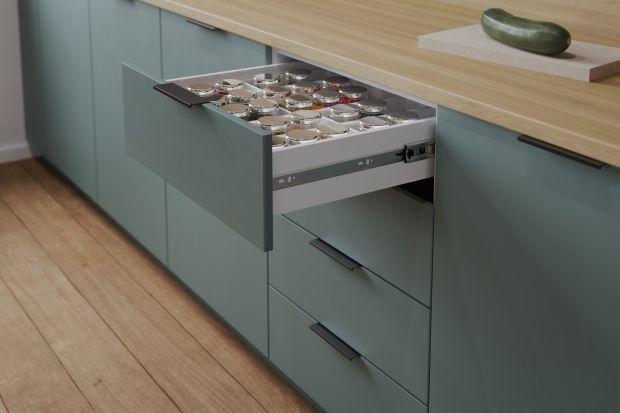 Prowadnice są bardzo ważnym elementem w każdych meblach kuchennych. To dzięki nim szuflady wysuną siębezszelestnie i płynnie. Nie będzie z tym większych problemów.Jakie prowadnice mamy zatem do wyboru?Podpowiadamy.