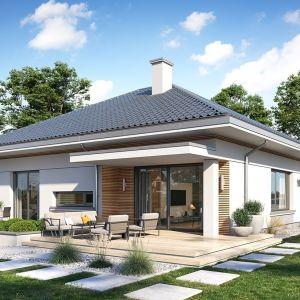 Dom ma nowoczesną architekturę, która przełamuje monotonię sztampowych projektów domów parterowych. Projekt: arch. Michał Gąsiorowski. Fot. MG Projekt