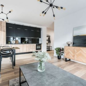Mały salon połączony z jadalnią oraz kuchnią w loftowym klimacie. Projekt: Ewelina Matyjasik-Lewandowska. Fot. Tomasz Kazaniecki