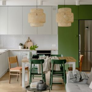 Ściana nad blatem w kuchni wykończona jest płytkami w białym kolorze. Projekt: Framuga Studio. Fot. Aleksandra Dermont